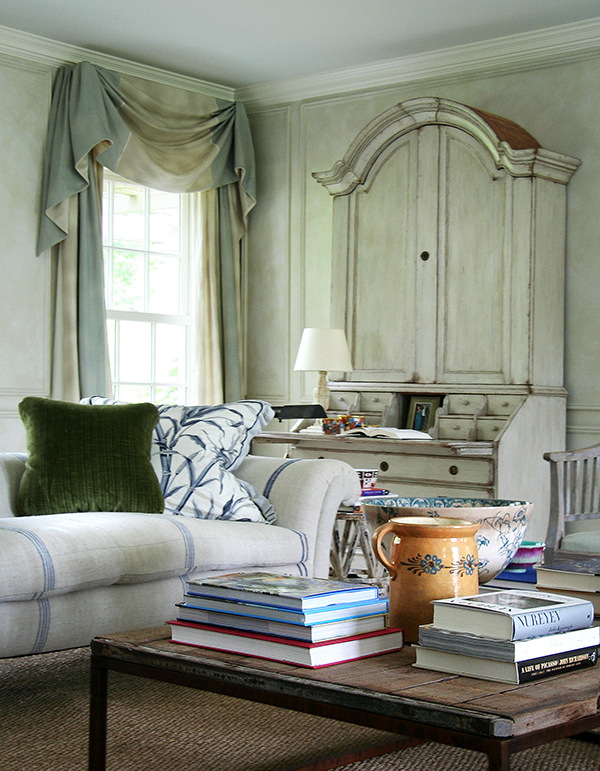 The living room of Anna Wintour's house in Long Island features a vintage Chesterfield sofa reupholstered in grain-sack cloth and a Swedish Gustavian secretary. Photo by Jesse Carrier