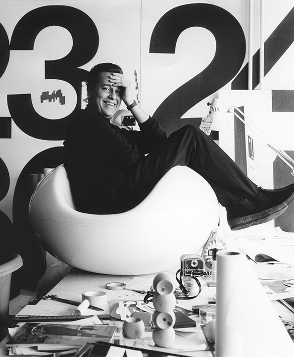 DM_Eero-Aarnio-in-Pastilli-chair-in-his-studio-in-1968_c_Pirkko-Aarnio