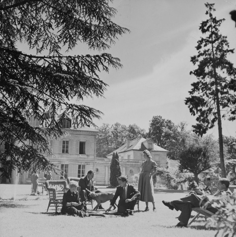 Henri Samuel and friends sitting with friends in 1949 at his seventeenth-century country house in Viroflay